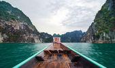Hermosas montañas altas y río verde en bote de cola larga en ra — Foto de Stock