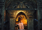 Mandalay, myanmar-9 oktober: de senior monnik spray water op boeddha gezicht in ritueel van gezicht wassen aan boeddha — Stockfoto