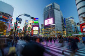 TOKYO - NOVEMBER 28, 2013: Pedestrians at the famed crossing of Shibuya district — Stock Photo