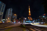 TOKYO, JAPAN - NOVEMBER 28: View of busy street at night with Tokyo Tower — Stock Photo