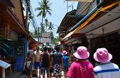 甲米府-2014 年 4 月 14 日: 游客在披披岛、 甲米、 泰国的旅游村落 — 图库照片