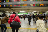 TOKYO, JAPAN - NOVEMBER 23, 2013 : people walking in Shinjuku train station — 图库照片