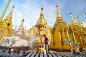 RANGOON, MYANMAR - October 11, 2013: Buddhist people visit Shwed — Stock Photo