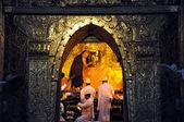 Mandalay, myanmar-9 ottobre: acqua spray monaco senior al rituale, acqua spray monaco senior alla faccia di buddha — Foto Stock
