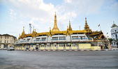 YANGON, MYANMAR - October 12, 2013: Traffic in downtown around Sule pagoda in Yangon — Stock Photo