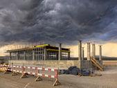 Les travaux de construction sur un ciel orageux — Photo