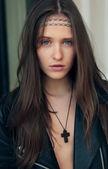 Retrato da bela modelo de casaco de couro com sopro ouvir — Fotografia Stock
