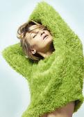 スタジオで交差の手で緑のセーターの美しいモデルです。 — ストック写真