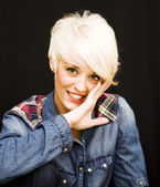 красивая женщина с короткой белой волос — Стоковое фото