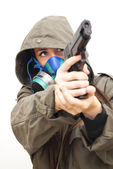 Krásná žena s plynovou masku a zbraň — Stock fotografie