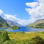 Glenfinnan Monument and Loch Shiel lake. Highlands Scotland — Stock Photo