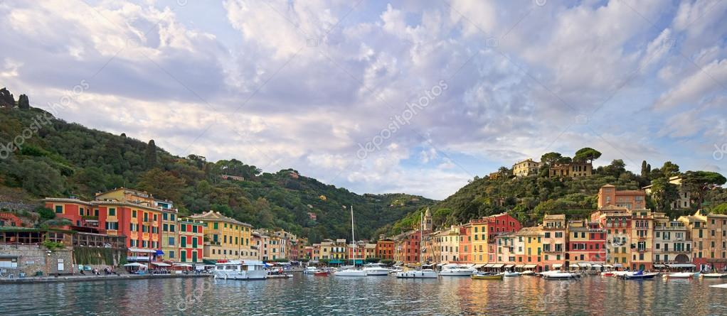 Portofino luxury landmark panorama. Village and yacht in little bay harbor. Liguria, Italy — Stock Photo #13772427