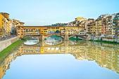 Ponte Vecchio landmark, old bridge, Arno river in Florence. Tusc — Stock Photo