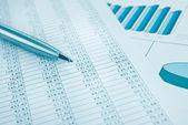 Stylo et rapport de données d'affaires impression gros. bleu tonifié. — Photo
