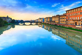 Carraia medieval Bridge on Arno river, sunset landscape. Florenc — Foto de Stock