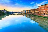 Carraia puente medieval sobre el río arno, paisaje al atardecer. florenc — Foto de Stock