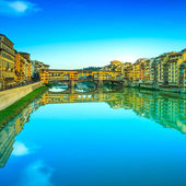 Ponte Vecchio landmark, old bridge, Arno river in Florence. Tusc — Stock Photo