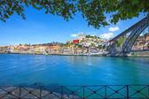 Skyline oporto o porto, ponte di ferro e il fiume douro. portogallo, europa. — Foto Stock