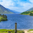 Glenfinnan Monument and Loch Shiel lake. Highlands Scotland — Stock Photo #22950044