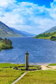 Glenfinnan Monument and Loch Shiel lake. Highlands Scotland — Stock Photo