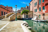 Venice cityscape, water canal, bridge and traditional buildings. — Stock Photo