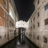 Venice, Bridge of Sighs or Ponte dei Sospiri landmark in the night. Italy — Stock Photo