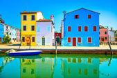 Venedig landmark, burano island canal, färgglada hus och båtar, italien — Stockfoto