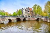 Amsterdam. brug en water kanaal op zonsondergang. nederland of nederland. — Stockfoto