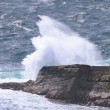 Ocean wave breaking on the rocks. Scotland, Uk — Foto de Stock