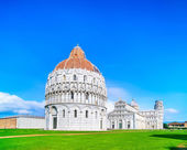 Pisa, Miracle Square. Bapstistry, cathedral Duomo and Leaning Tower of Pisa. Tuscany, Italy — Stock Photo
