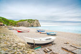 Etretat village, bay beach, Aval cliff and boats. Normandy, France. — Foto Stock