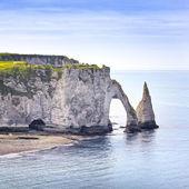 Mezník aval cliff a skály etretat a modrý oceán. normandie, — Stock fotografie