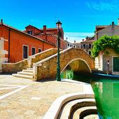 Paisaje urbano de venecia, canal de agua, puente y edificios tradicionales. — Foto de Stock