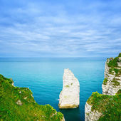 Etretat Aval cliff rock landmark and blue ocean . Normandy, Fran — Stock Photo