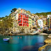 Riomaggiore village, felsen und meer bei sonnenuntergang. cinqueterre — Stockfoto