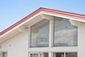 Maison moderne avec murs transparent — Photo