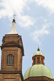 Kuppel in der nähe von asinelli-turm in bologna — Stockfoto