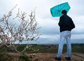 傘を持つ男見て暴風雨雲 — ストック写真
