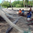 Fishermen cleaning net in Papua New Guinea village — Foto de Stock