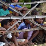 niños detrás de la valla de bambú — Foto de Stock