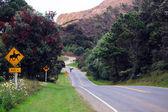 Route jaune signer en route vallonnée — Photo