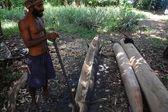 Człowiek buduje kajak — Zdjęcie stockowe