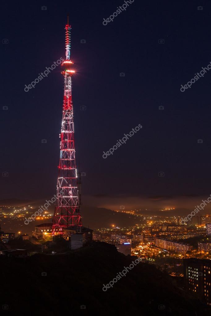 夜晚的塔的照片