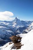 Paisaje invernal con la montaña de matterhorm y piedra — Foto de Stock