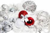 Czerwone i srebrne ozdoby świąteczne na biały — Zdjęcie stockowe