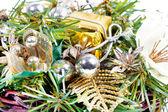 Composición de año nuevo con cinta de oro y bolas — Foto de Stock
