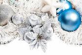 Neujahr-komposition mit weißen lametta silber und blaue kugeln — Stockfoto