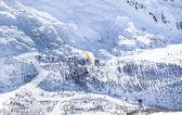 Colinas de los alpes nieve con paracaídas naranja — Foto de Stock