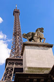 Horse statue and Eiffel Tower in Paris. — Stock Photo