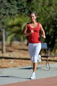 Młoda kobieta jogging w parku — Zdjęcie stockowe